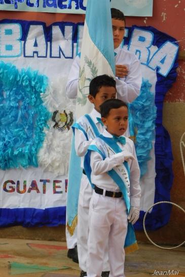 Hymne national et levée du drapeau guatémaltèque.