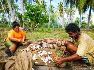 Décorticage des cocos.