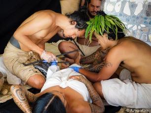 Heretu tatoue de manière traditionnelle Vehine.